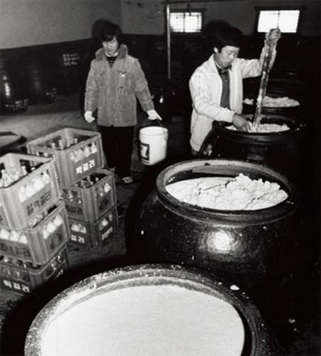 1980년대의 시골 막걸리 양조장.