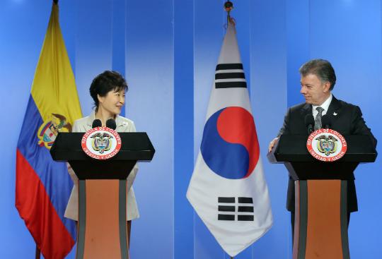 박근혜 대통령과 후안 마누엘 산토스 콜롬비아 대통령이 17일 오후(현지시간) 콜롬비아 보코타 대통령궁에서 공동기자회견을 하고 있다. (사진=저작권자 (c) 연합뉴스. 무단전재-재배포금지)