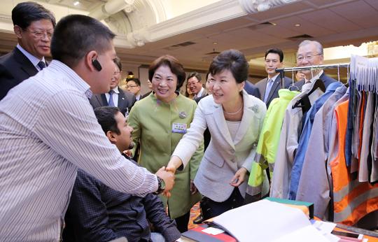 박근혜 대통령이 4월 20일 오후(현지시간) 페루 리마 쉐라톤 호텔에서 열린 한·페루 비즈니스 파트너십 상담회장을 방문, 양국 경제인들을 격려하고 있다. (사진=저작권자 (c) 연합뉴스. 무단전재-재배포금지)
