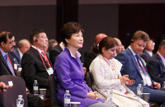 박근혜 대통령이 10일 오전 서울 중구 신라호텔에서 열린 유라시아 교통물류 국제심포지엄 개막식에 참석, 관련 영상을 시청하고 있다.