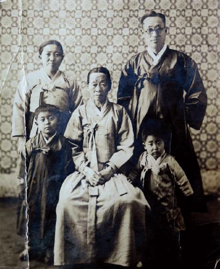 여동생이 태어나기 전 심구섭 회장 부모님, 할머니, 남동생이 함께 찍은 사진.