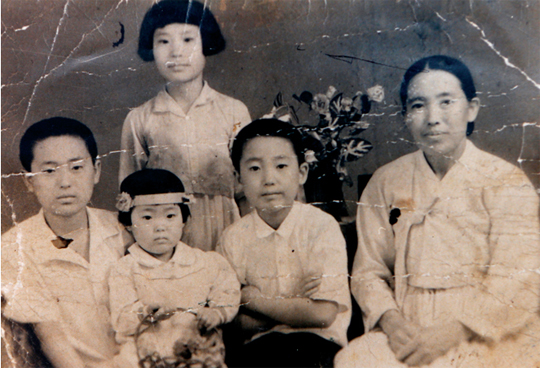 심구섭 회장이 고향을 떠나기 보름 전쯤 촬영한 가족사진. 아버지는 이미 남한으로 내려가 부재 중인 가운데 심구섭 회장과 어머니, 남동생과 어린 여동생, 집에서 살림 돌봐주던 식모아이까지 함께 사진을 찍었다.