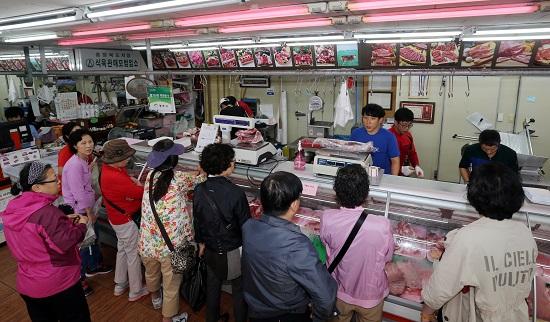 대목을 앞두고 고기를 사려는 손님들로 장사진을 이루고 있는 영광축산물. 평소에도 손님들이 끊이지 않는단다.