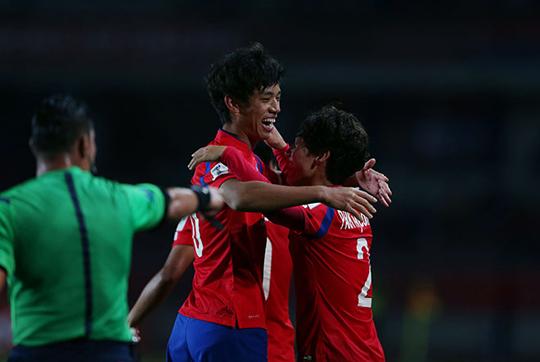 지난 21일(한국시간) 칠레 라 세레나의 라 포르타다스타디움에서 열린 2015 국제축구연맹 U-17 월드컵 조별리그 2차전 한국과 기니의 경기에서 후반 오세훈이 극적으로 골을 넣은 뒤 기뻐하고 있다. (사진=대한축구협회)