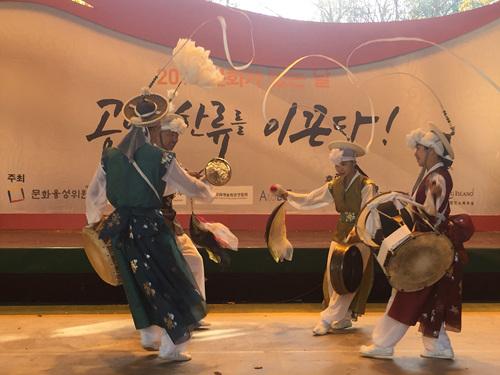 풍물과 춤이 합쳐져 관객들의 탄성을 자아내는