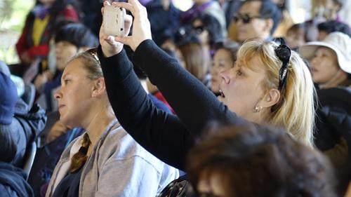 공연을 보는 내내 연신 사진을 찍는 국내외 관광객들
