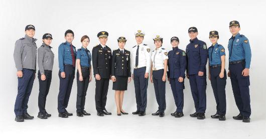 10년 만에 바뀌는 개선 경찰제복. 점퍼, 내근복, 정복, 교통 근무복, 기동복, 외근복.(왼쪽부터)