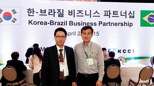 지난해 정상외교를 통해 많은 중소기업들이 해외 시장에서 큰 수확을 거뒀다. 사진은 한·브라질 비즈니스 파트너십에 참가한 퓨처로봇의 송세경 대표(왼쪽).
