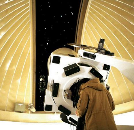 천체관측소에 가면 별자리에 대한 설명 을 듣고 직접 관측할 수 있다. 국립과천과학관.