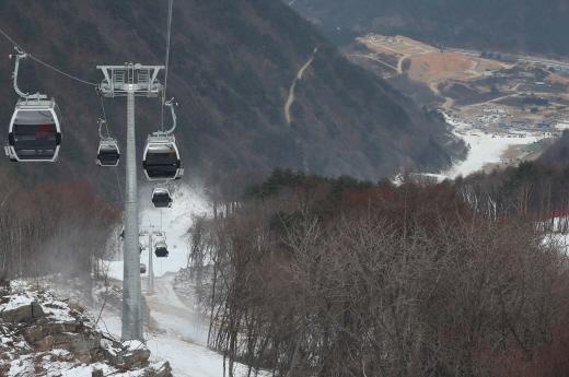 2018 평창동계올림픽대회 알파인 스키 경기가 열리는 정선 알파인경기장이 지난 22일 오전 개장식을 가졌다. 개장행사에 참석한 관계자들이 곤돌라에 탑승해 경기장 코스를 살펴봤다.