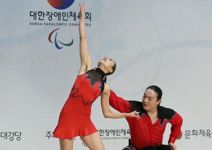 29일 경기도 이천훈련원에서 '2016년 장애인 국가대표 훈련 개시식'이 열렸다. 이날 축하공연으로 휠체어댄스스포츠 공연이 펼쳐지고 있다.