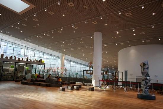 건축창의놀이터전경이다. 높은 천장고가 시원하다.