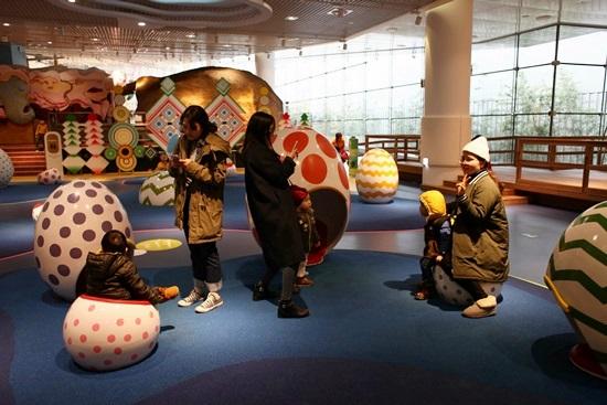 아시아 문화 놀이터에서 즐거운 시간을 보내는 가족 모습