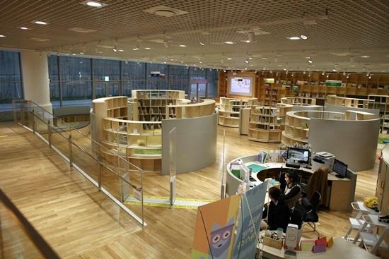 지하2층 어린이도서관이다. 무료로 오전 10시~저녁6시 운영한다.