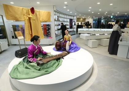 4일 인천국제공항 출국장에서 '한국전통문화센터 재개관식' 행사가 열렸다. 국악 상설공연과 함께, 공예품 전시와 전통문화 체험 등의 행사가 연중 진행된다.
