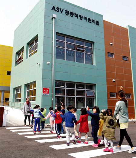 ▶ 지난 3월 2일 전국 18개 산업기술단지 중 최초로 운영을 시작한 경기테크노파크 내 ASV 공동 직장어린이집. 정부는 2017년까지 산단 내 공동 어린이집 50곳을 지방자치단체 협업 모델로 개설할 계획이다.