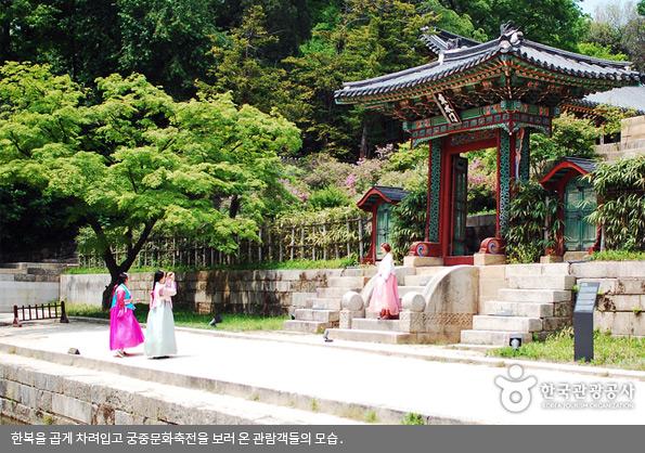 한복을 곱게 차려입고 궁중문화축전을 보러 온 관람객들의 모습