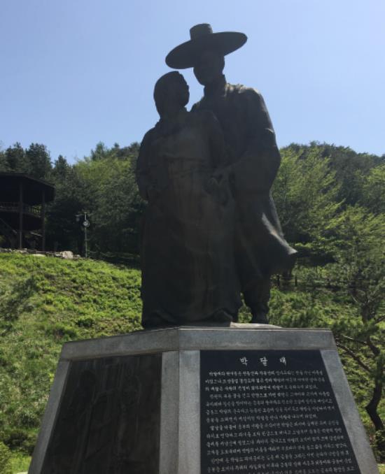 박달재에 자리한 박달도령과 금봉낭자 동상. 동상의 하단에는 두 연인의 슬픈 구전이 기록되어 있다.