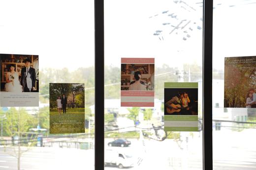데이트 스냅, 셀프 웨딩 사진으로 제작해 카페 곳곳에 붙인 포스터.
