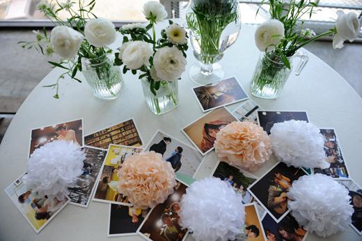꽃과 사진 엽서들로 꾸민 포토 테이블.
