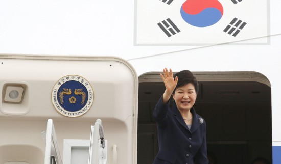 박근혜 대통령이 25일 오전 아프리카 3개국과 프랑스 국빈 방문을 위해 성남 서울공항에 도착, 전용기에 올라 손을 흔드고 있다.(사진=청와대 홈페이지)