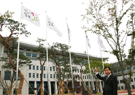전영하 사무관이 경북도청 앞에 걸려있는 정부3.0 깃발을 가리키며 이야기를 이어가고 있다. 정부3.0을 말할 때 전 사무관에게서 애정이 느껴진다.