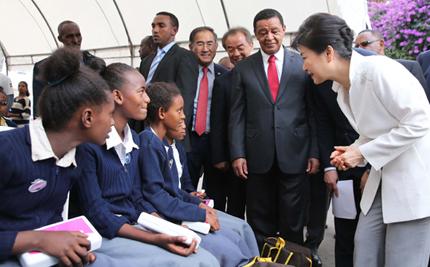 박 대통령, 에티오피아서  첫선 '코리아에이드' 현장 방문