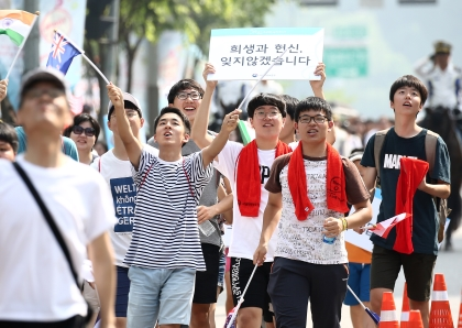 18일 오후 서울 마포구 상암동 일대에서 국가보훈처 주관으로 호국보훈땡큐퍼레이드가 펼쳐졌다. 이날 퍼레이드에 참석한 학생들이 '희생과 헌신, 잊지않겠습니다' 라는 문구의 피켓을 들고