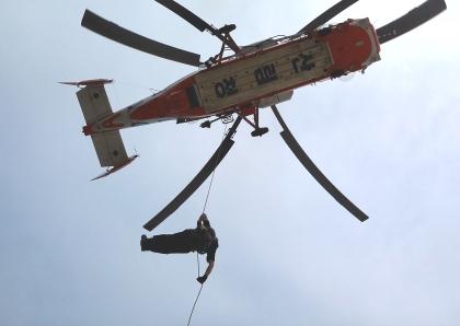 산림내에서 발생하는 등산객들의 산악사고에 대비하여 산림항공구조대원들이 구조헬기를 이용 인명구조훈련을 실시하고 있다.
