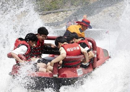 아름다운 숲 경관을 즐기고 다양한 체험을 할 수 있는 산촌체험마을로 선정된 강원도 양양군의 해담마을에서 학생들이 수륙양용차 체험을 즐기고 있다.