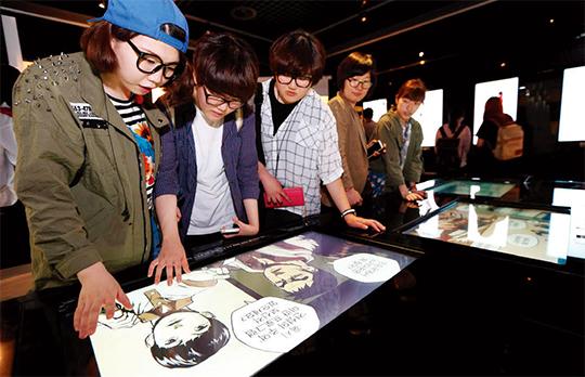 서울 서초구 반포동 국립중앙도서관에서 열린 '올 웹툰' 전시에서 학생들이 웹툰 체험을 하고 있다.(사진=동아DB)