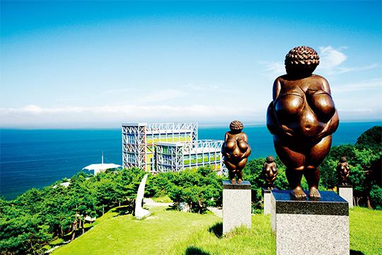 바다를 정면으로 마주한 곳에 위치한 강원 강릉 하슬라아트월드미술관의 모습.(사진=하슬라아트월드미술관)