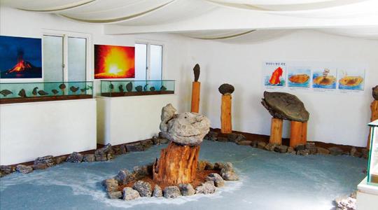 화산섬인 제주섬이 만들어지는 과정에서 탄생한 동물 형태 등 희귀한 화산탄들을 볼 수 있는 제주 포토갤러리자연사랑미술관의 화산탄 갤러리.(사진=포토갤러리자연사랑미술관)