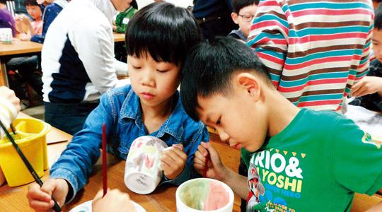 우종미술관에서는 매달 문화가 있는 날에 '이야기가 있는 도자그림놀이' 프로그램을 진행한다. 사진은 아이들이 직접 다기를 만들어보는 모습.(사진=우종미술관)