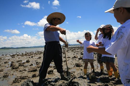 무안 송계어촌체험마을에서는 올 여름 일부 시설을 새단장하고 자연그대로의 갯벌 체험행사를 마련했다.