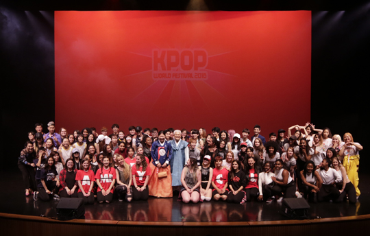 K-팝 월드 페스티벌 캐나다 지역예선에서 참가자들이 단체 촬영을 하고 있다.