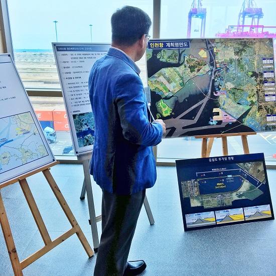 인천항만 관계자가 기자단에게 인천항 개발계획을 설명중이다.