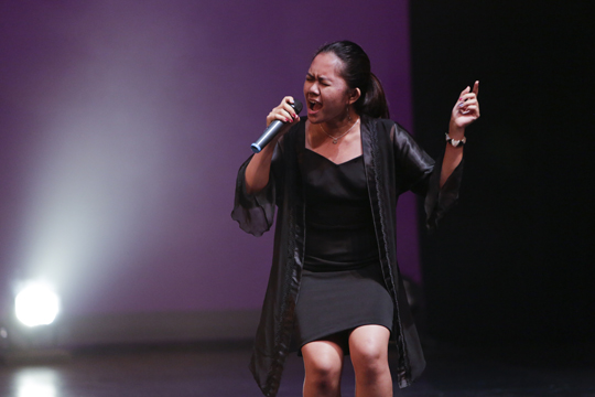 K-팝 월드 페스티벌 캐나다 지역예선에서 노래 1등상을 수상한 비안카가 열창하는 모습.