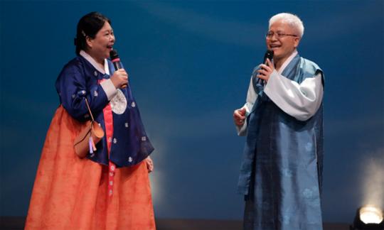 K-팝 월드 페스티벌 캐나다 지역 예선에서 한대수의 행복의 나라를 열창하는 조대식 대사 부부.