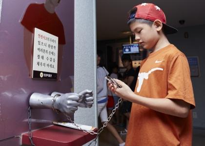 서울 종로에 위치한 경찰박물관에서 어린이가 모형에 수갑을 채워보고 있다. 경찰박물관에서는 경찰 업무 체험을 비롯해 과학수사교실, 학교폭력예방교실 등 교육 프로그램을 진행한다.