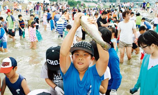 영월동강축제에서 즐기는 맨손 송어잡기 체험.(사진=저작권자(c) 연합뉴스, 무단 전재-재배포 금지)
