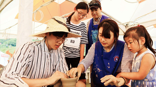 청자와 관련한 다양한 프로그램이 진행되는 강진청자축제.(사진=동아DB)