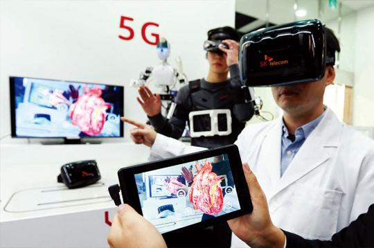 SK텔레콤 관계자들이 글로벌 정보기술(IT) 회사들과 공동으로 만든 '5G 글로벌혁신센터'에서 증강현실을 활용해 실시간으로 커뮤니케이션할 수 있는 상황을 시연하고 있다.(사진=동아DB)