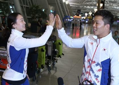 26일 제31회 리우데자네이루 하계올림픽에 참가하는 대한민국 국가대표 선수단 본진이 출국하기에 앞서 선전을 다짐하며 동료들과 기념촬영을 하고 있다.