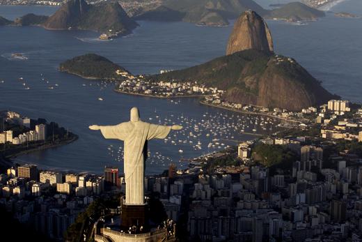 2016 하계올림픽이 열리는 브라질의 리우데자네이루의 풍광. 사진은 코르코바도 산 정상에 세워진 높이 38m의 예수상과 슈가로프산(뒤쪽에 삐쭉 솟아오른 곳) 등을 품고 있는 리우데자네이루의 그림같은 모습. (사진=저작권자(c) AP연합뉴스, 무단 전재-재배포 금지)
