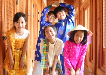 경기도 양주시에 위치한 국립아세안자연휴양림에서 아세안 전통의상 입어보기 체험을 하는 어린이들이 즐거운 표정을 짓고 있다.