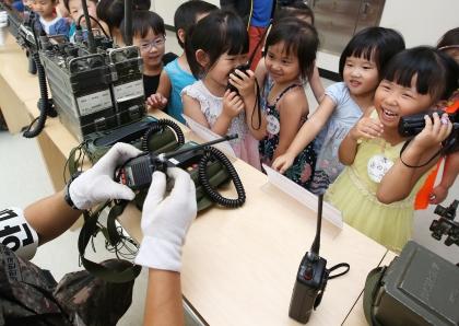 2016년 을지연습 기간중인 24일 세종시 문체부 청사에서 군 장비 전시가 열려 32사단 장병들이 청사 어린이집 원생들에게 지뢰탐지기, 기관총, 전술 텐트 등 다양한 군 장비에 대해 설명을 하고 있다.