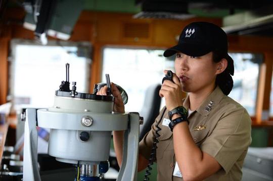 함교에서 함정을 조함하고 있는 해군 원주함 포술장 박지성 대위. (사진=해군 제공)