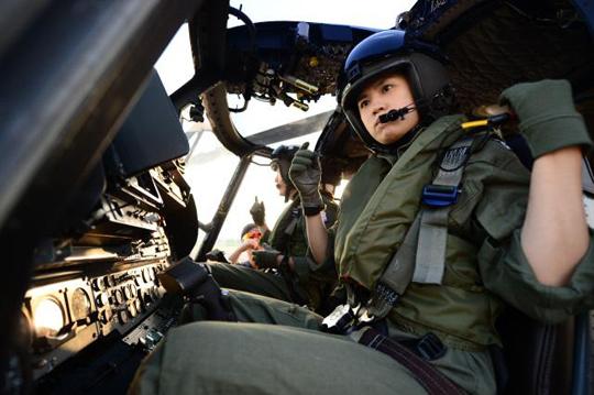 해상작전헬기(Lynx)의 이륙을 준비하고 있는 해군 부조종사. (사진=해군 제공)