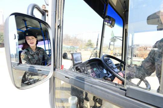 육군2군수지원사령부 601수송대대 대형차량운전관 김미선 하사. (사진=국방일보 DB)